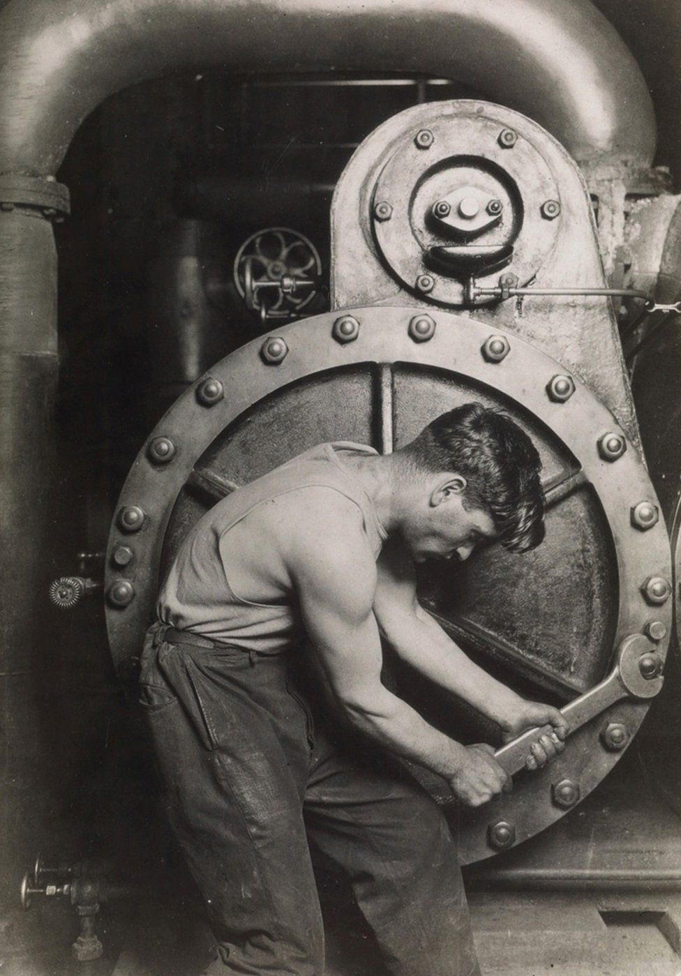 fotografie di Lewis Hine: Un meccanico alla Steam Pump nella Electric Power House, 1921