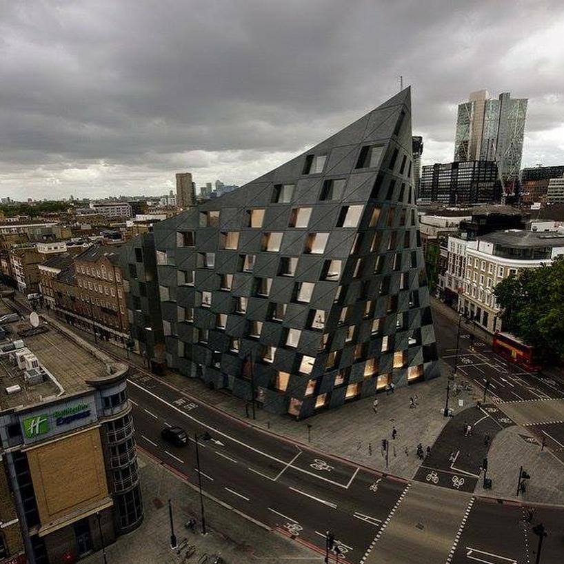 Un torreggiante museo di Londra che si protende verso il cielo