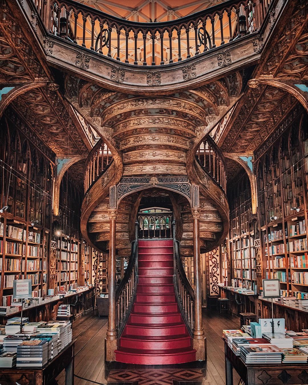 Biblioteca con scale serpeggianti a Porto