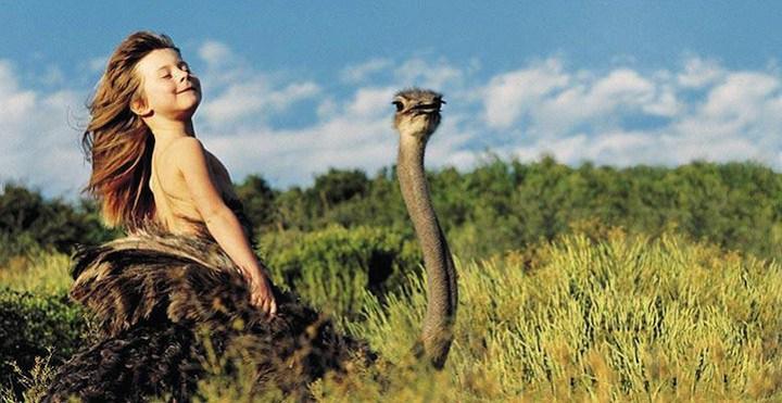 Tippi la bambina cresciuta nella savana con gli animali
