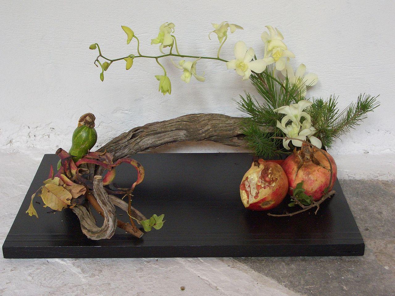 Composizione ikebana con melograni