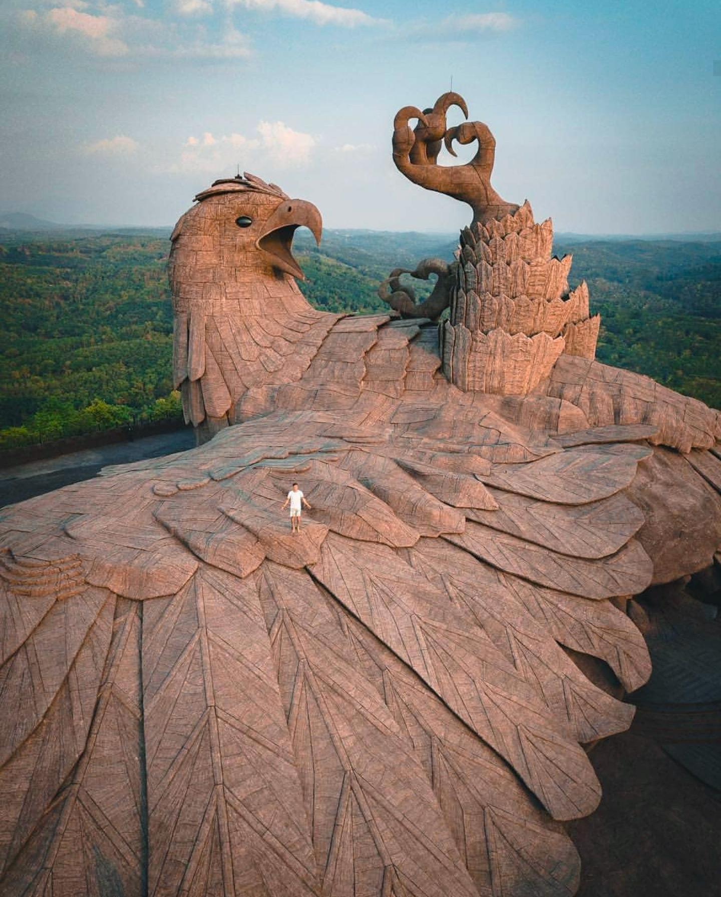 scultura dell'uccello leggendario Jatayu