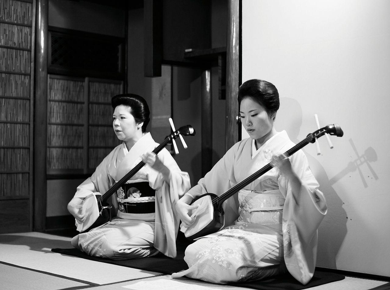 Geishe che suonano degli shamisen