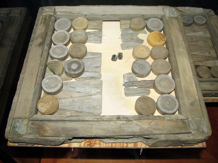 Una tavola per giocare a Backgammon rinvenuta sulla nave